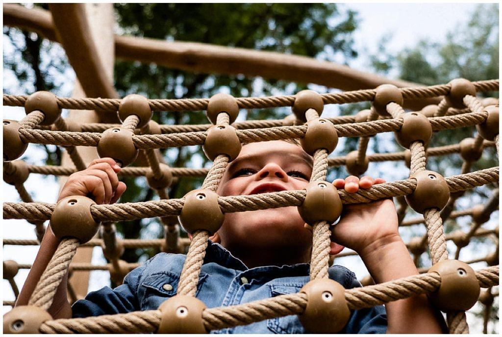 petit garçon dans des jeux de plein air