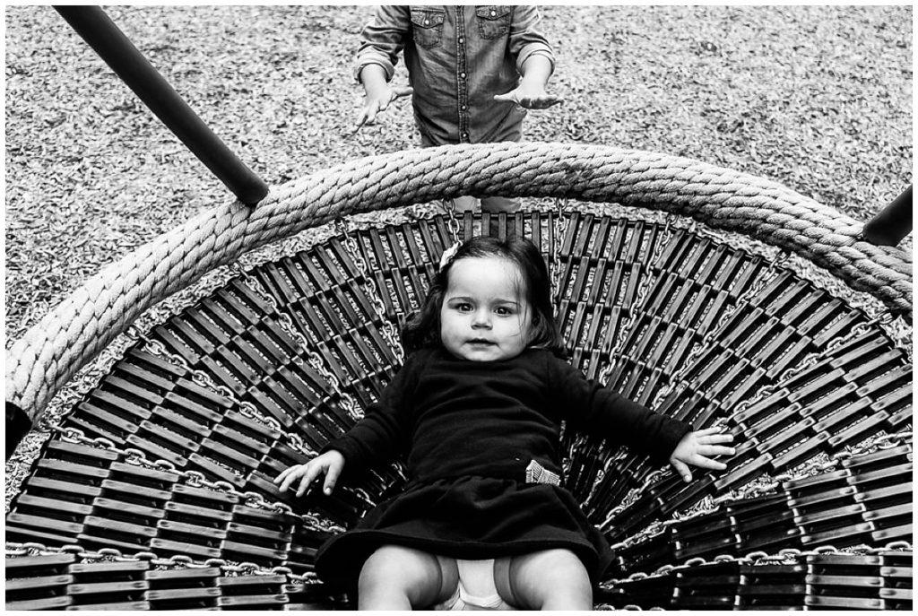 petite fille dans une balançoire