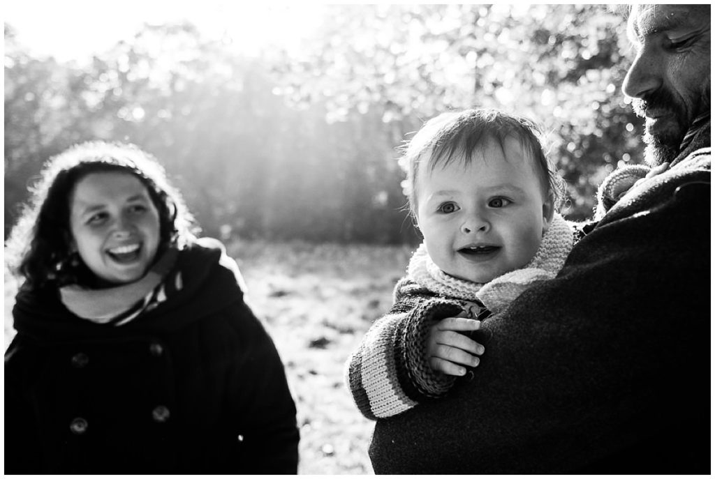 maman qui regarde son bébé en souriant