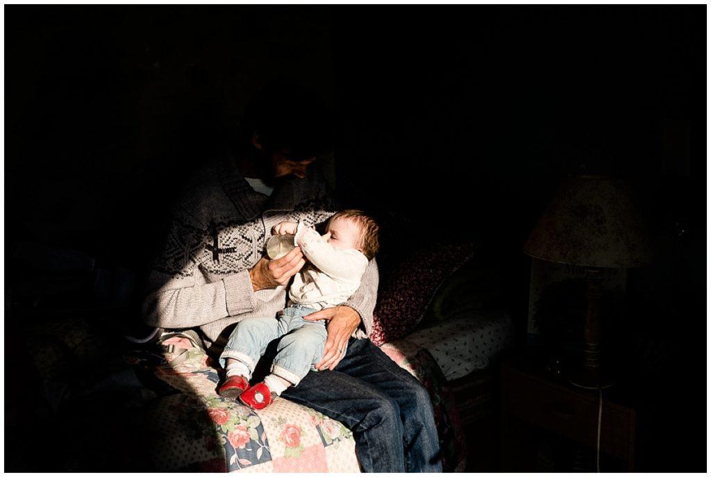 papa qui donne le biberon à son bébé, photographe du quotidien en normandie audrey guyon