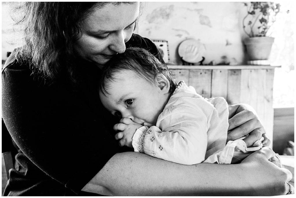 bébé qui fait un câlin à sa maman, reportage du quotidien en normandie
