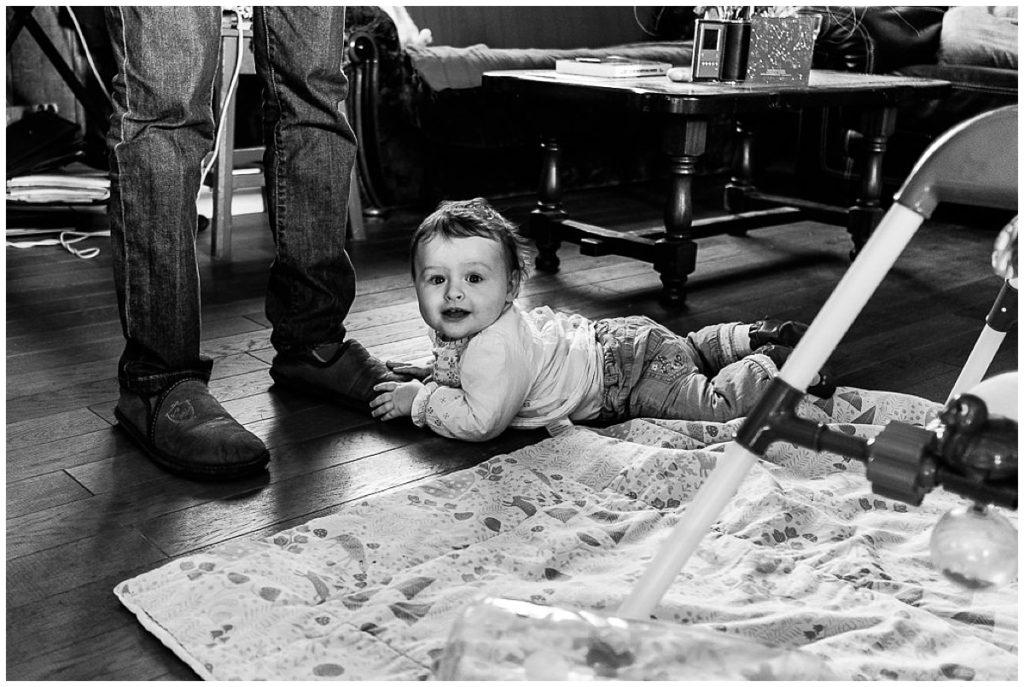 bébé qui joue avec les pieds de son papa