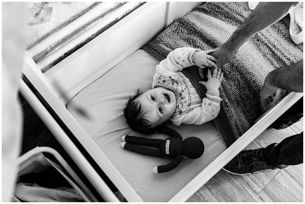 bébé dans son lit pour la sieste reportage du quotidien