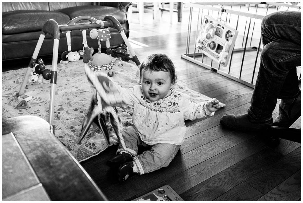bébé qui joue avec son livre audrey guyon photographe du quotidien