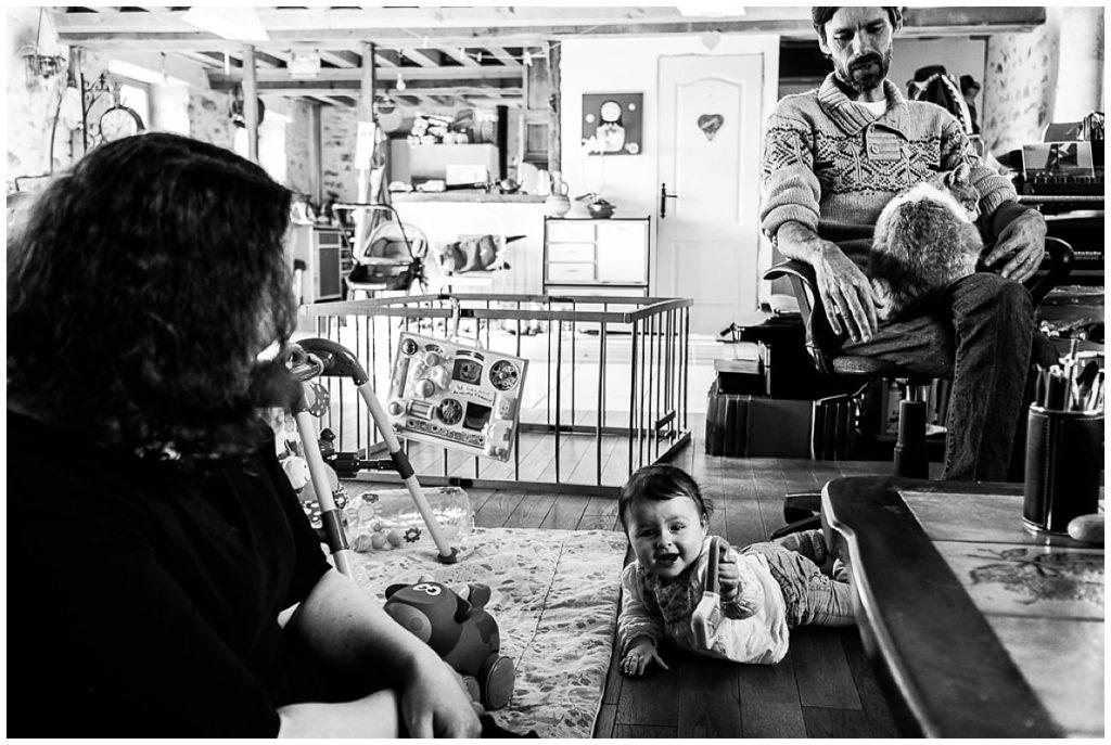 photo de famille dans le salon reportage du quotidien