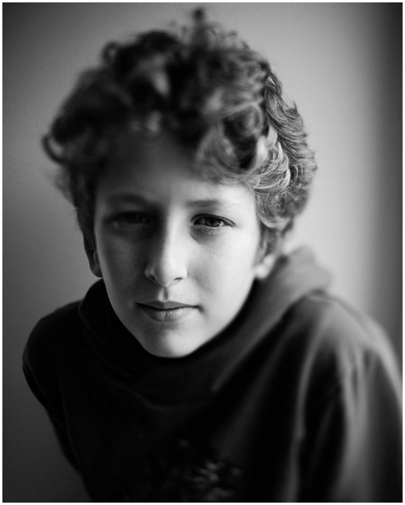 photographier l'humain, portrait d'un jeune garçon en noir et blanc, audrey guyon photographe