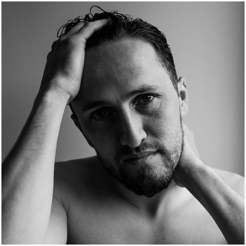 portrait d'homme en noir et blanc, audrey guyon
