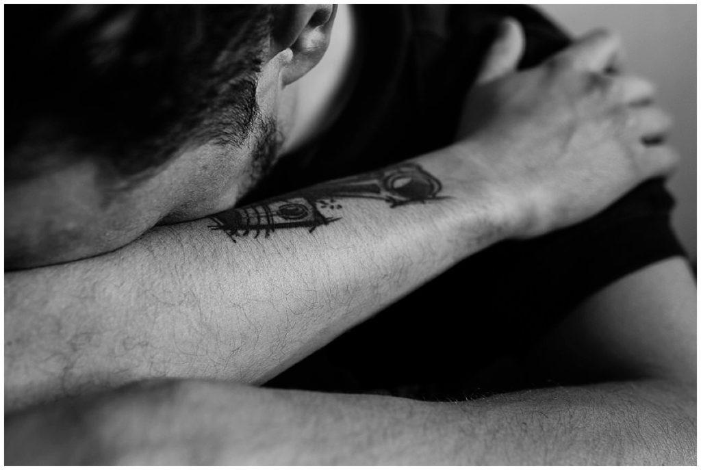 photographier l'humain, homme qui met la tête dans son bras