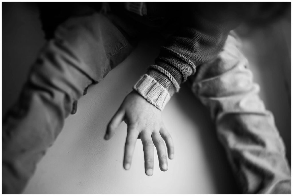 main d'une petite fille