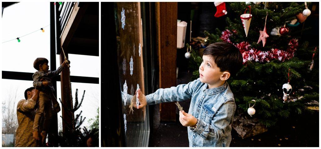 une séance photos des préparatifs deNoël, décorer le sapin de Noël en famille photographié par Audrey GUYON photographe famille Manche
