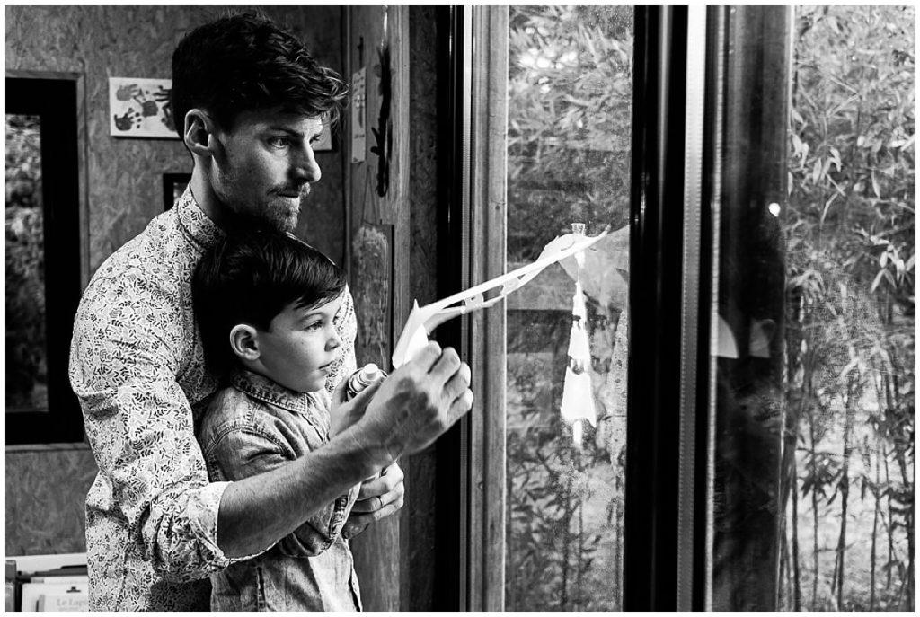 un papa et son fils qui préparent Noël photographiés par Audrey GUYON photographe famille en normandie
