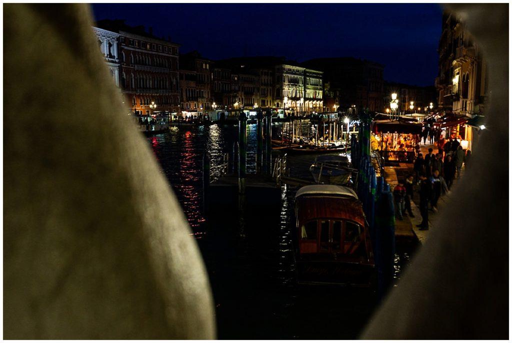 photos de nuit à venise sur le pont du rialto, audrey guyon photographe venise