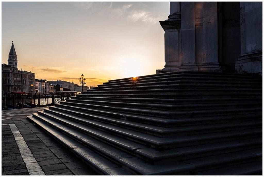 lever du soleil sur les marches de santa lucia à venise