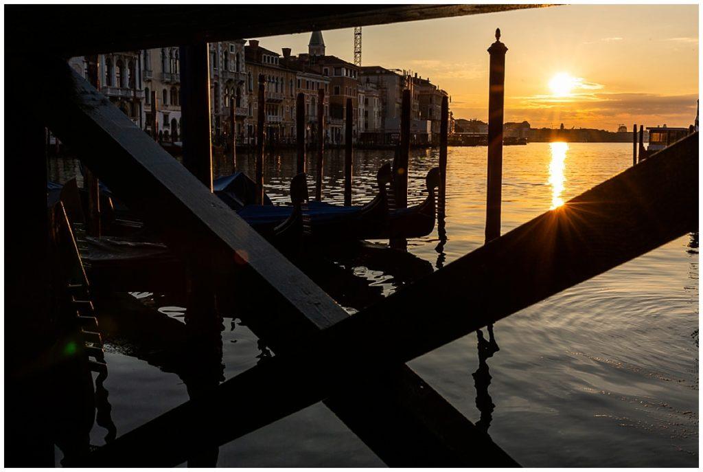lever du soleil sur les gondoles à venise