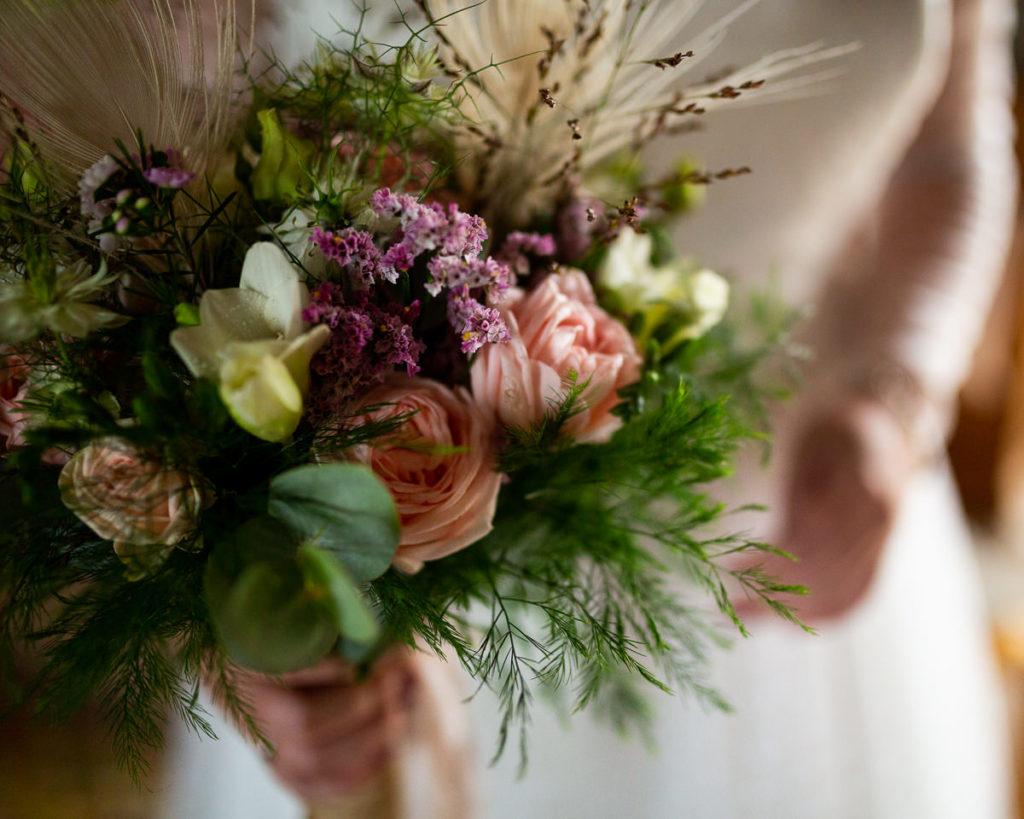 bouquet de mariée au freelensing audrey guyon photographe mariage normandie