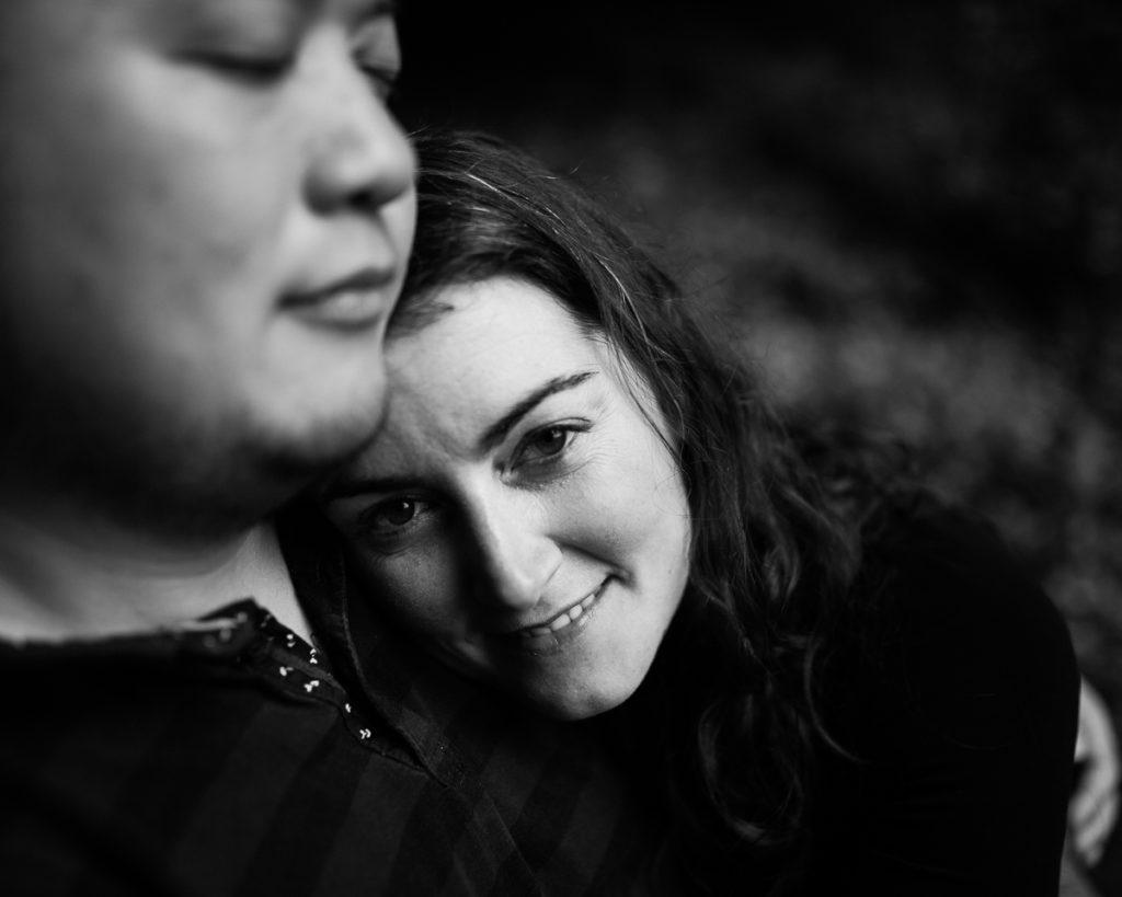 photo de couple en noir et blanc audrey guyon photographe normandie