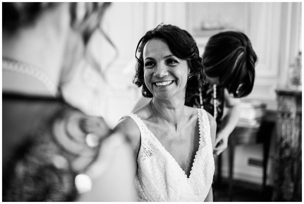 mariée qui sourit à sa témoin au chateau de courtomer, audrey guyon photographe mariage normandie