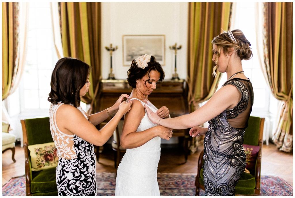 habillage mariée au chateau de courtomer, photographe mariage normandie audrey guyon