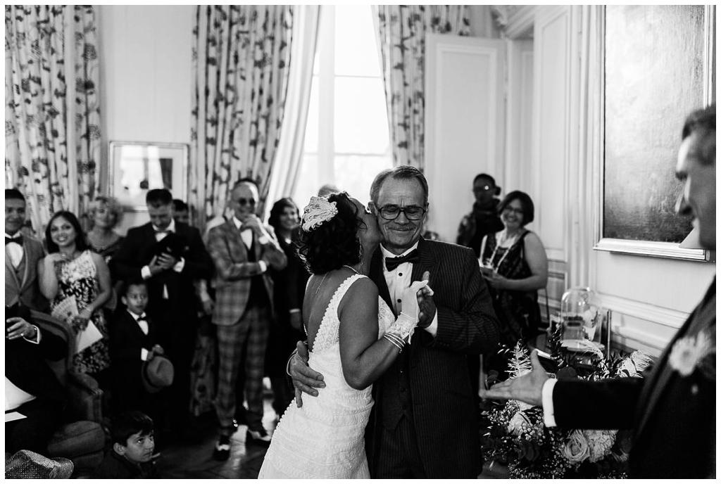 mariée qui embrasse son père, mariage au chateau de courtomer par audrey guyon, photographe mariage normandie