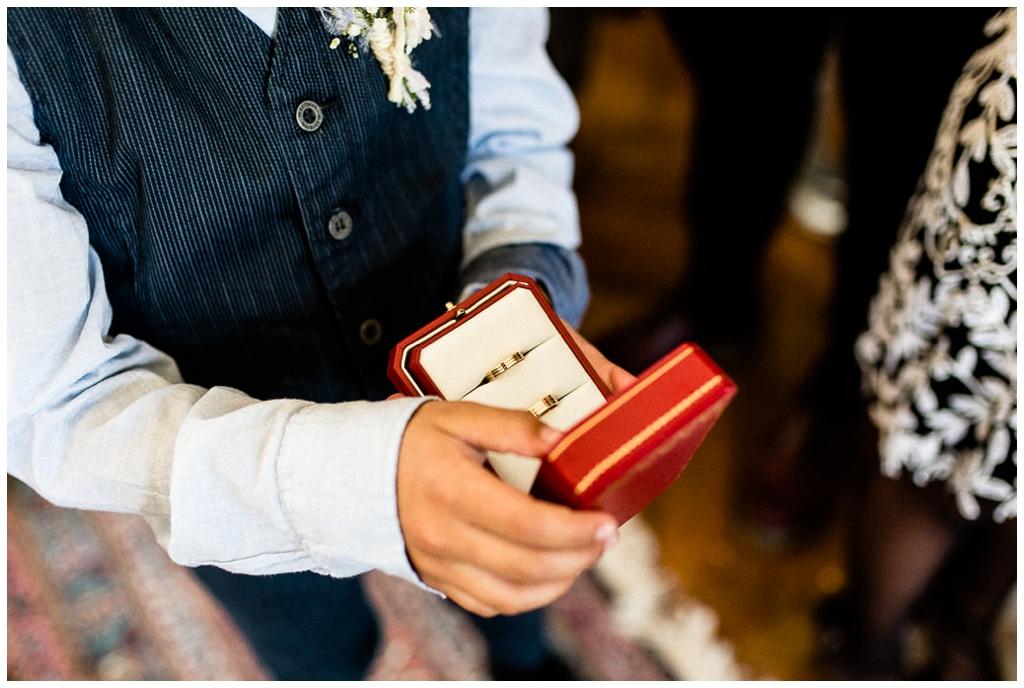 enfant qui apporte les alliances à un mariage rétro au chateau de courtomer, audrey guyon photographe mariage normandie