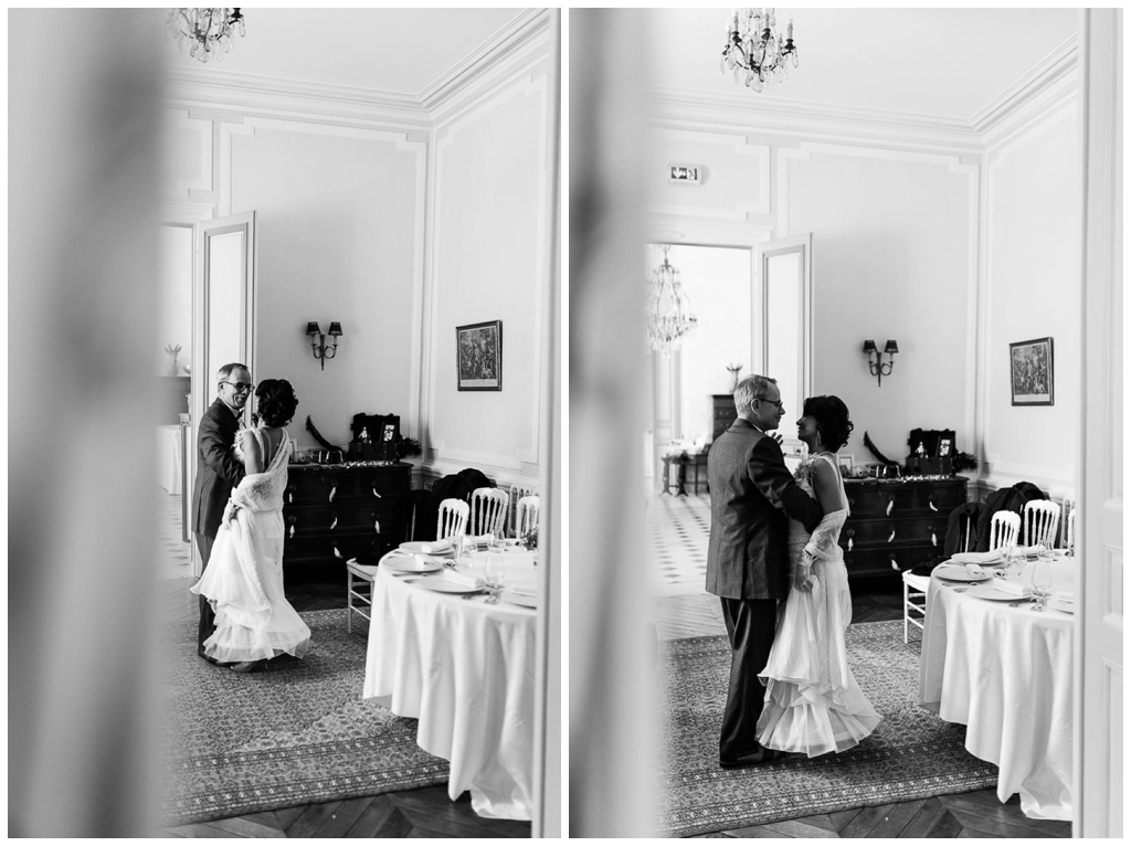 mariée qui arrive en dansant au bras de son père, audrey guyon photographe mariage normandie