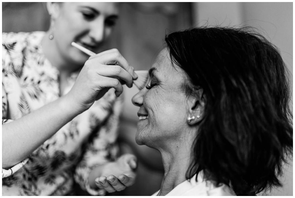 maquillage de la mariée au chateau de courtomer, audrey guyon photographe mariage