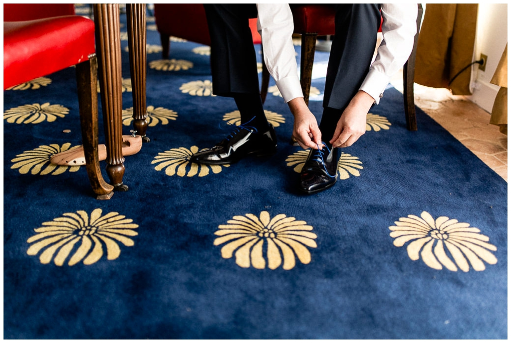 marié qui met ses chaussures au chateau de courtomer, audrey guyon photographe mariage normandie