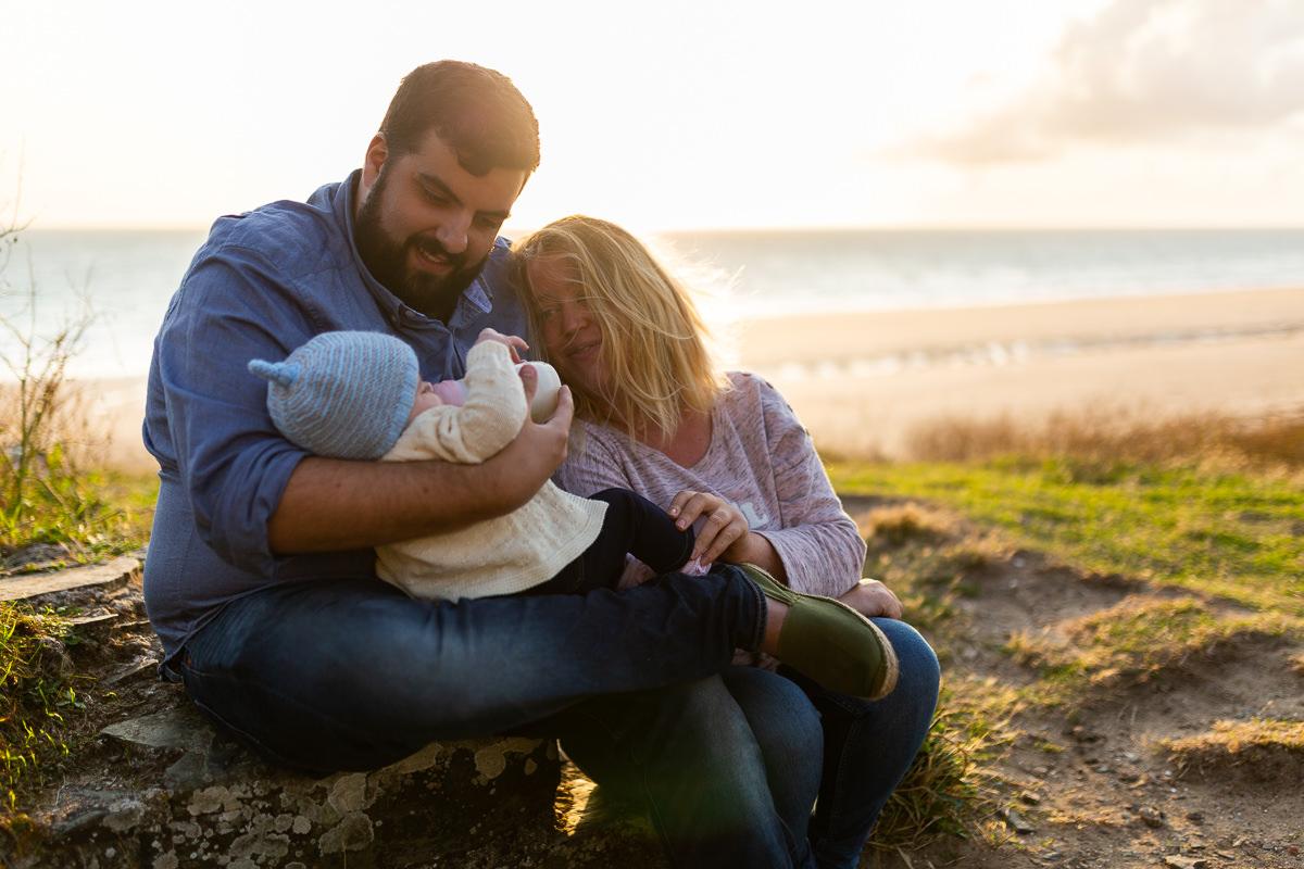 parents qui donnent le biberon à leur bébé, séance famille barneville carteret, audrey guyon photographe