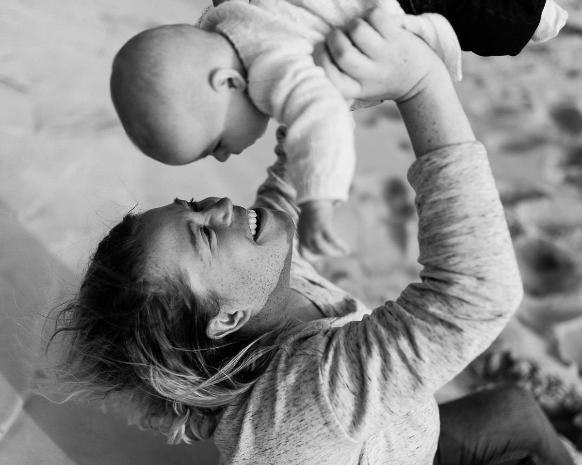 maman qui fait voler son bébé, séance famille barneville carteret