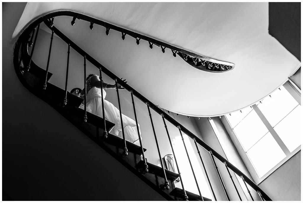 mariés qui descendent les escaliers de la mairie