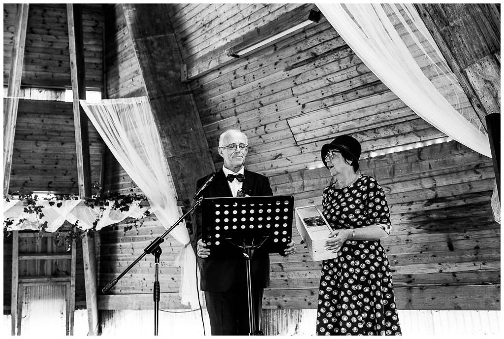 cérémonie laique d'un mariage d'automne au domaine de la guérie en normandie photographié par audrey guyon photographe mariage en normandie