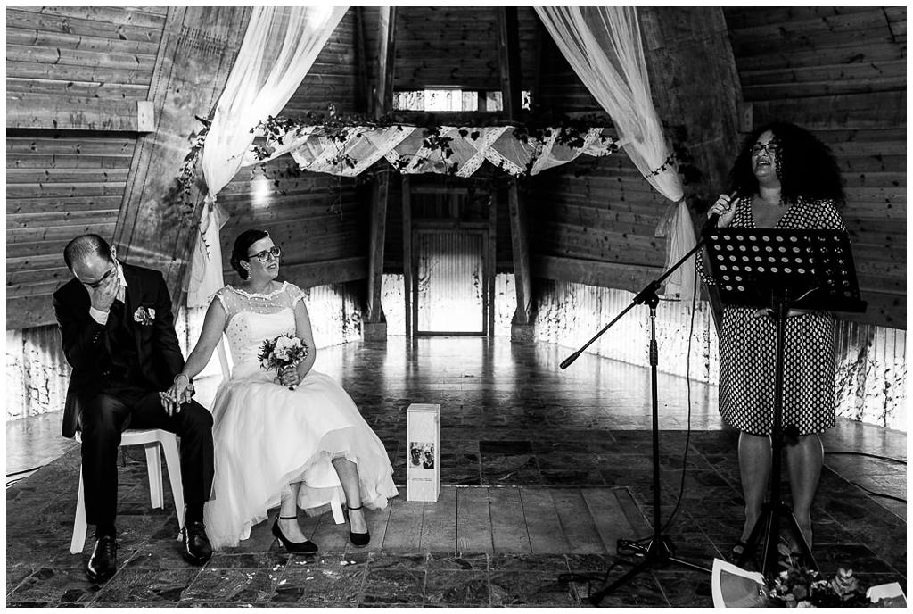 mariés émus lors de leur cérémonie au domaine de la guérie en normandie. Audrey GUYON, photographe mariage normandie.