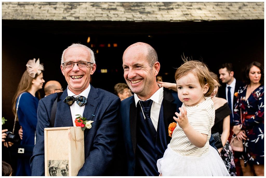 deux papas des mariés qui sortent de la cérémonie avec le sourire. Audrey GUYON, photographe mariage normandie