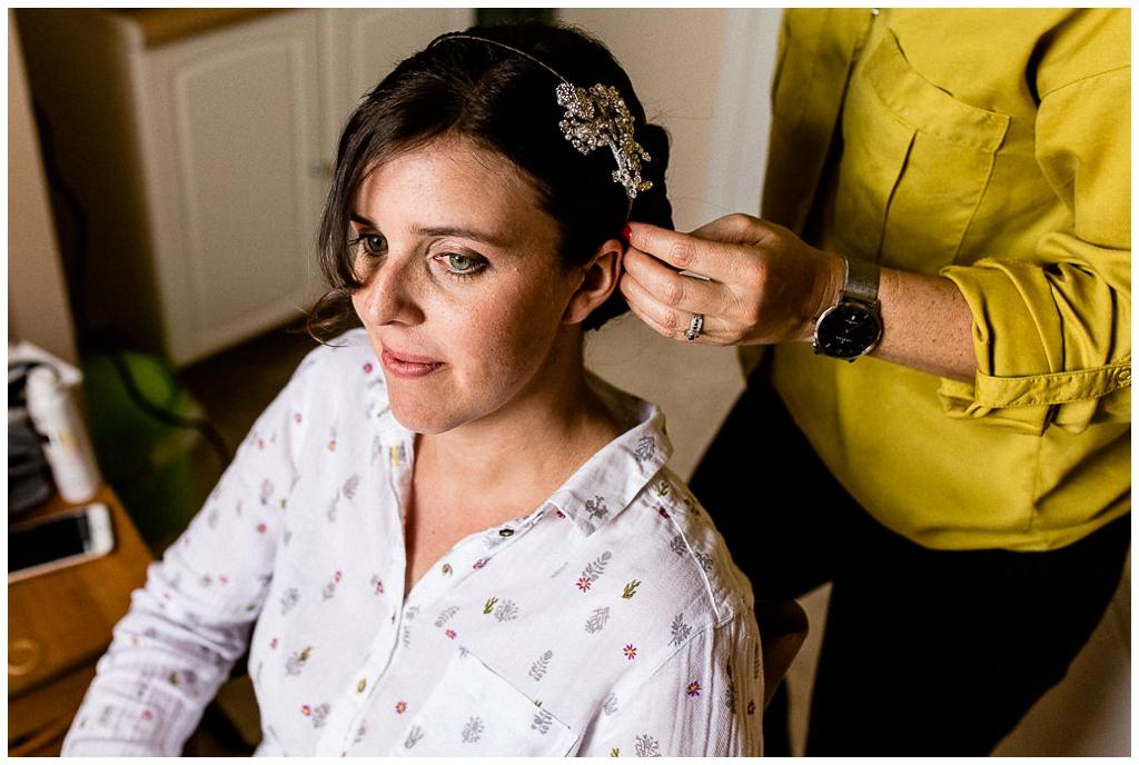 mariée qui se fait coiffer, audrey guyon photographe mariage normandie