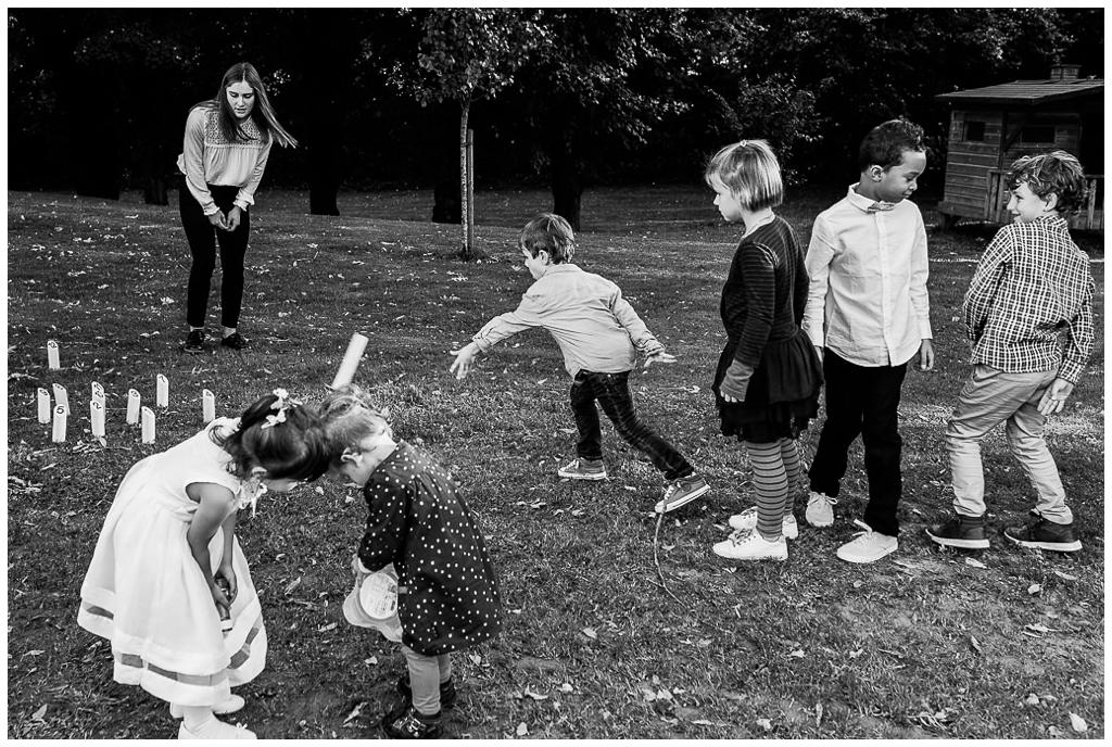 enfants qui jouent au vin d'honneur d'un mariage au domaine de la guérie en normandie.