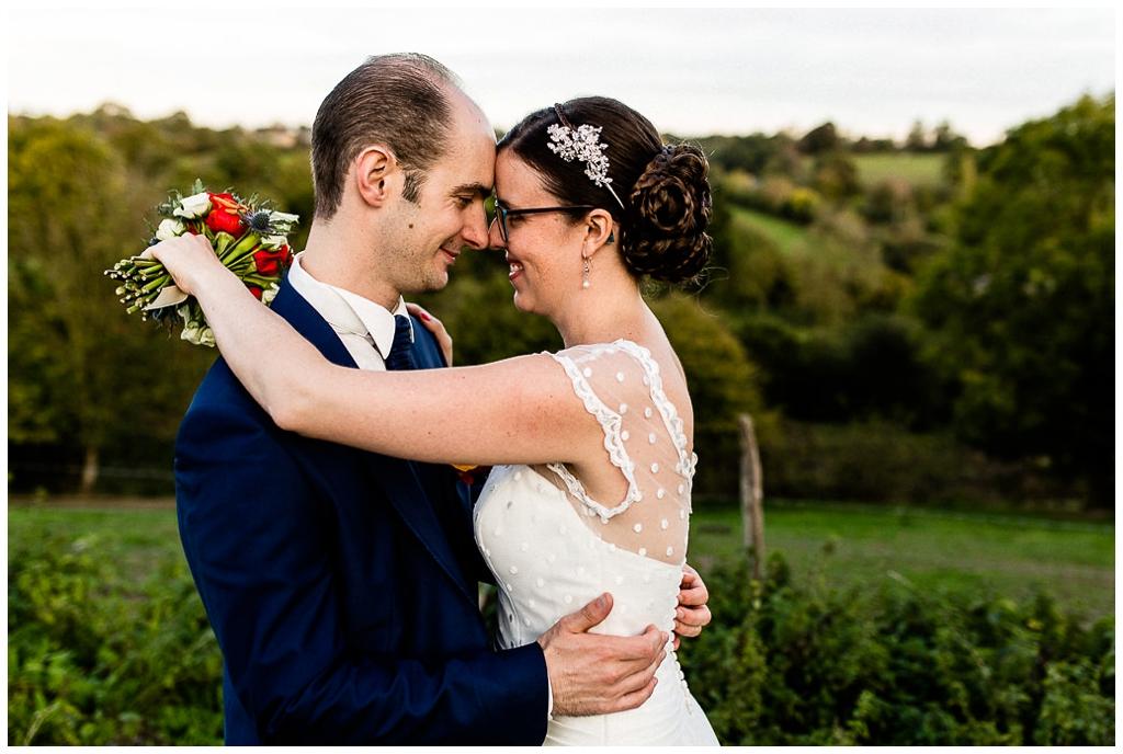 couple mariés mariage d'automne en normandie, au domaine de la guérie
