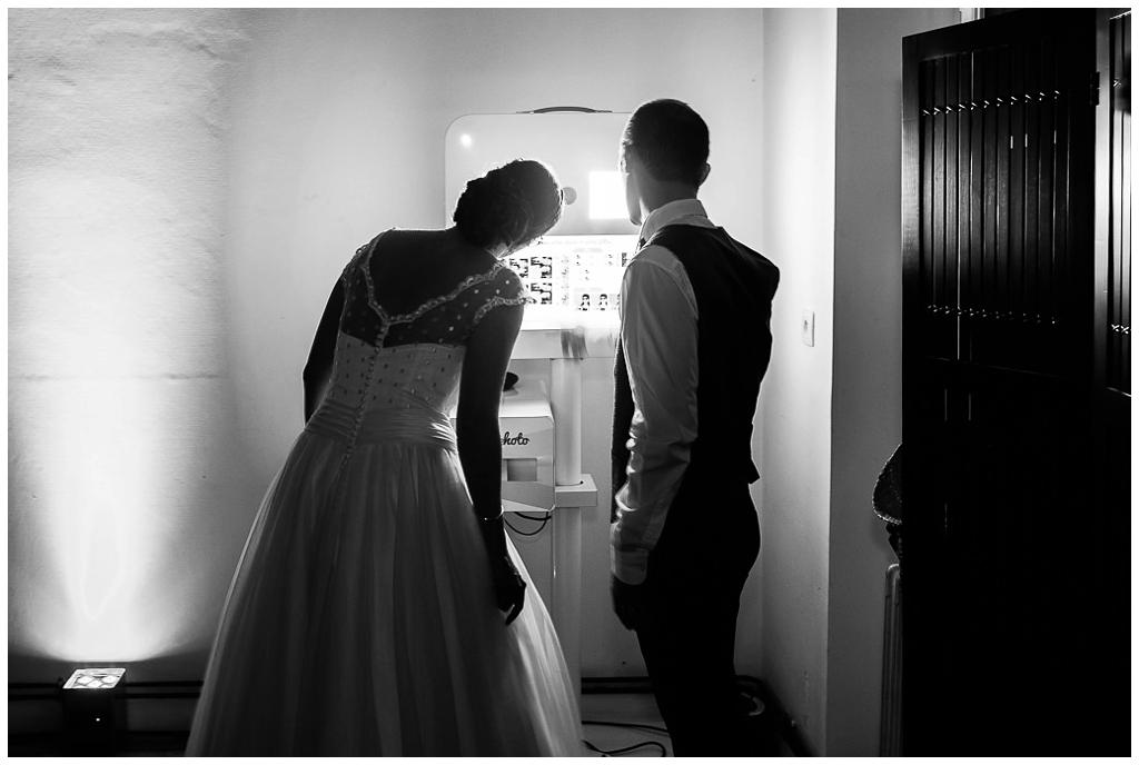 mariés devant le photobooth au domaine de la guérie
