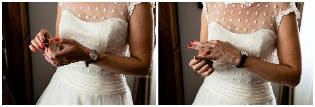 future mariée qui met sa bague de fiançailles, audrey guyon photographe mariage normandie