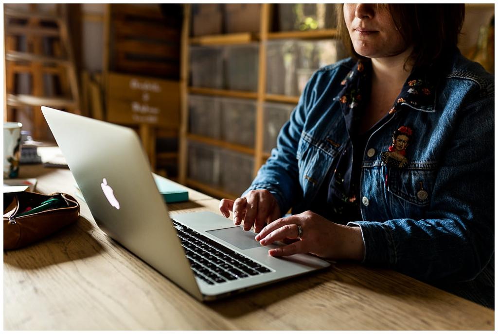 homemade for love sur son ordinateur, portrait corporate par audrey guyon, photographe corporate en normandie