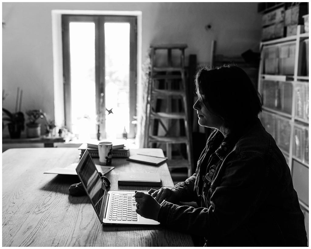 homemade for love à son bureau, photographiée par audrey guyon photographe corporate en normandie