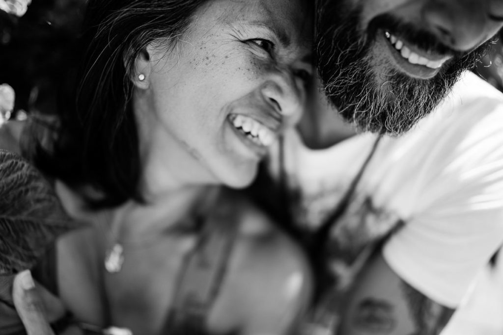 couple en noir et blanc au freelensing photographié par Audrey GUYON photographe en Normandie.