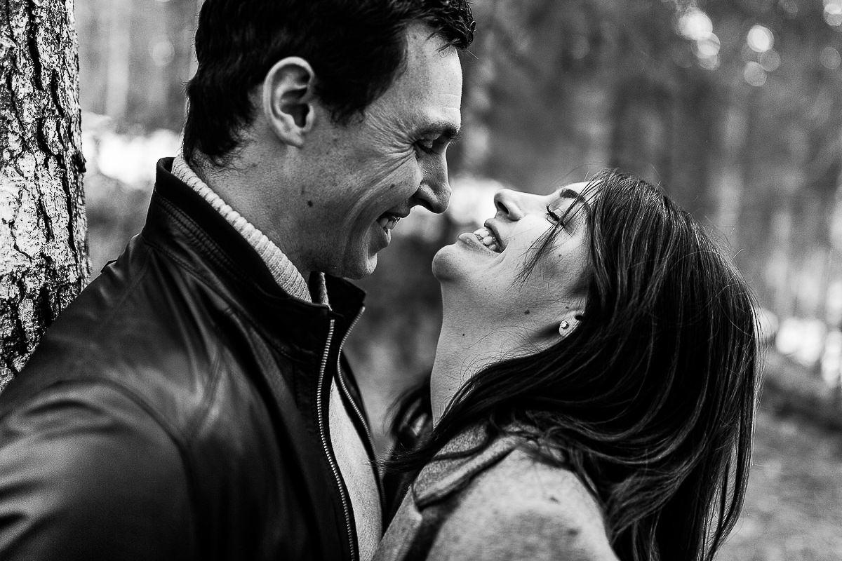 couple qui rit en noir et blanc, audrey guyon photographe couple normandie