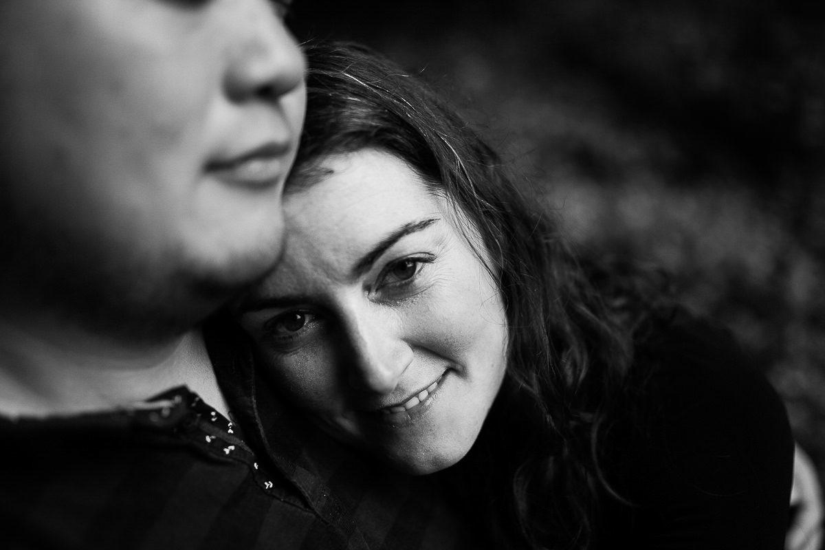 couple photographié au freelensing par audrey guyon photographe en normandie
