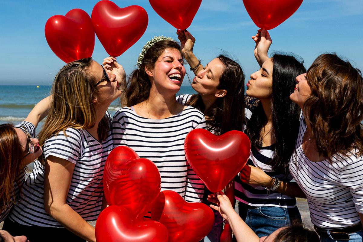 groupe evjf avec des ballons coeur