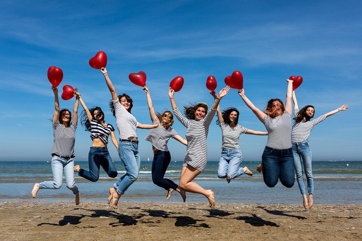 groupe evjf qui saute sur la plage