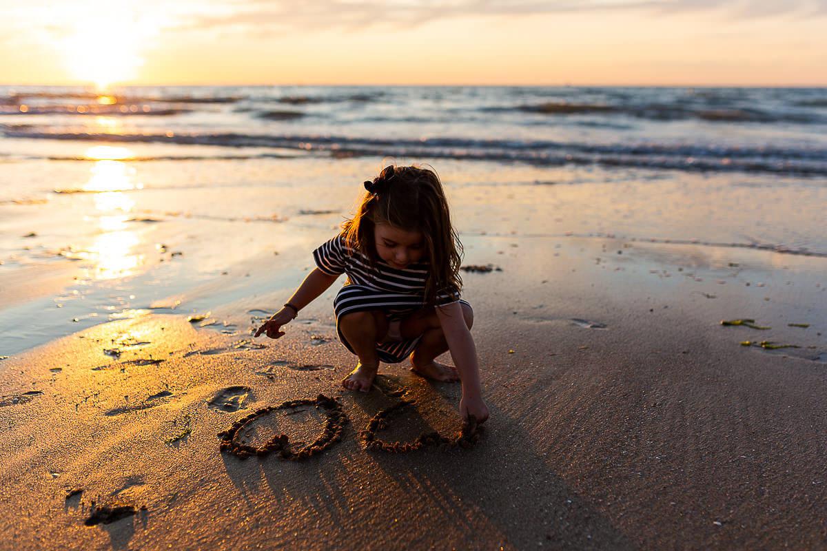 seance famille lifestyle sur la plage de cabourg a la golden hour avec Audrey GUYON photographe famille en normandie.