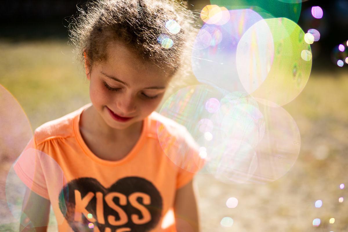 portrait petite fille au freelensing par audrey guyon photographe famille dans la manche