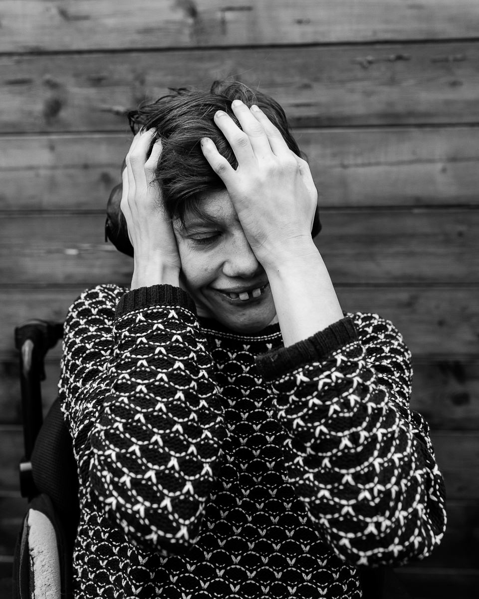 portrait d'une jeune fille handicapée en ime par audrey guyon photographe spécialisée dans le handicap en normandie