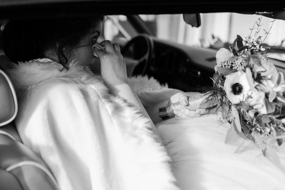 émotions sortie de voiture mariage d'hiver en normandie, photographe mariage normandie