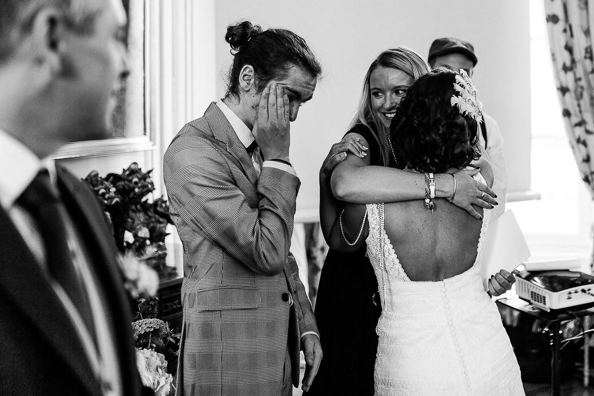 émotions cérémonie laique au chateau de courtomer par audrey guyon photographe mariage en normandie